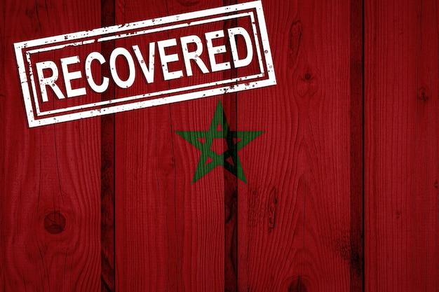 Флаг марокко, который выжил или оправился от инфекций, вызванных эпидемией коронавируса или коронавируса. флаг гранж с печатью восстановлено