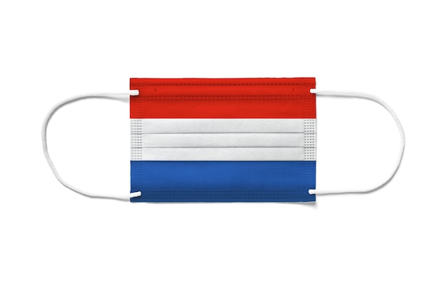 使い捨てサージカルマスク上のオランダの旗。分離された白い背景