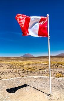 페루 아레키파 지역 안데스 산맥의 페루와 미스티 화산의 국기