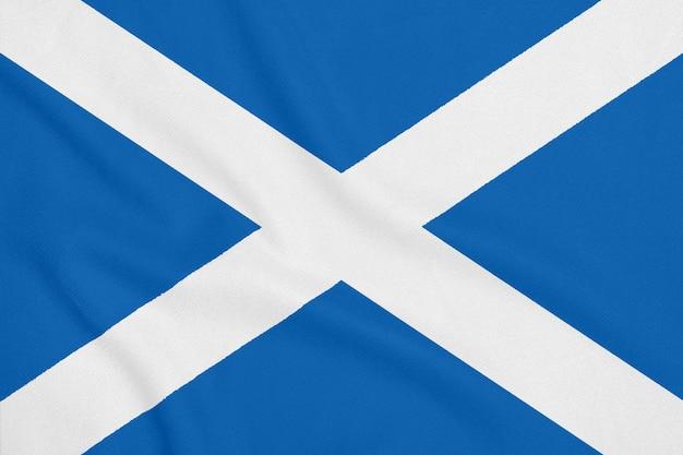Флаг шотландии на мягкой и гладкой шелковой текстуре. национальный символ шотландии.