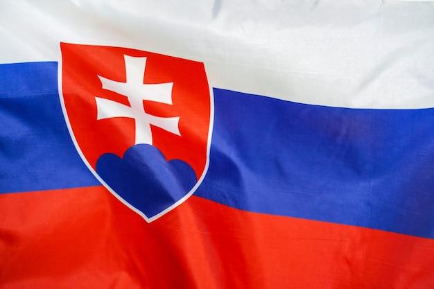 風に手を振るスロバキアの旗