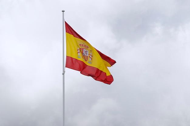 Флаг испании против облачного неба