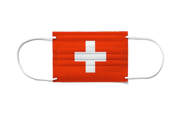 使い捨てサージカルマスク上のスイスの旗。分離された白い背景