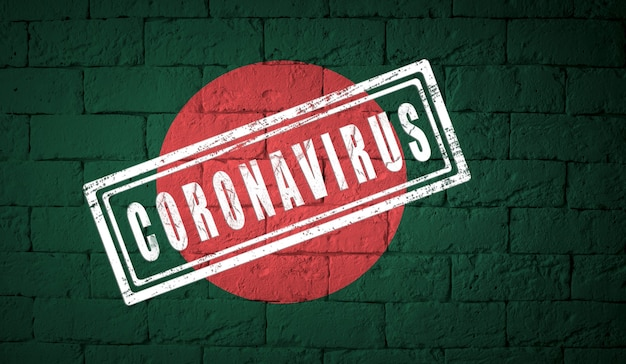 オリジナルのプロポーションを持つバングラデシュの旗。コロナウイルスの刻印。レンガの壁のテクスチャ。コロナウイルスの概念。 covid-19または2019-ncovパンデミックの危機に瀕しています。