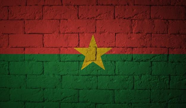 グランジ壁背景にブルキナファソの旗。元の比率
