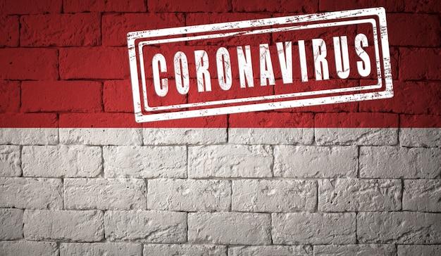 원래 비율로 인도네시아의 국기입니다. 코로나바이러스의 스탬프. 벽돌 벽 텍스처입니다. 코로나 바이러스 개념입니다. covid-19 또는 2019-ncov 팬데믹 직전.