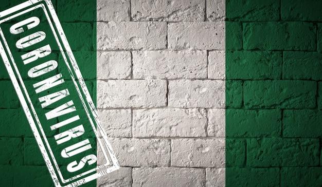 원래 비율로 나이지리아의 국기입니다. 코로나바이러스의 스탬프. 벽돌 벽 텍스처입니다. 코로나 바이러스 개념입니다. covid-19 또는 2019-ncov 팬데믹 직전.
