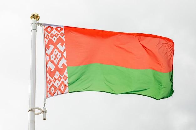 Флаг республики беларусь развевается на ветру