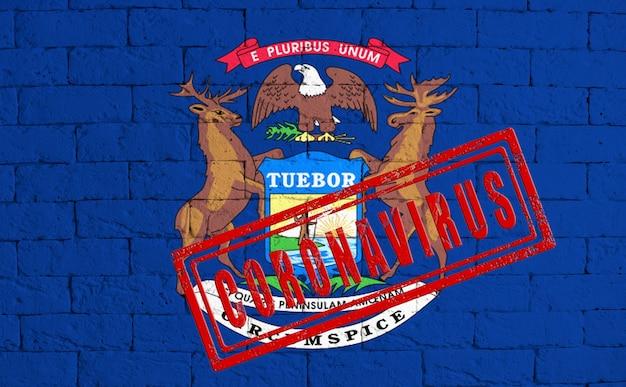 지저분한 벽돌 벽 배경에 그려진 미시간 주의 국기. 스탬프 coronavirus, 미국의 의료, 전염병 및 질병에 대한 아이디어와 개념