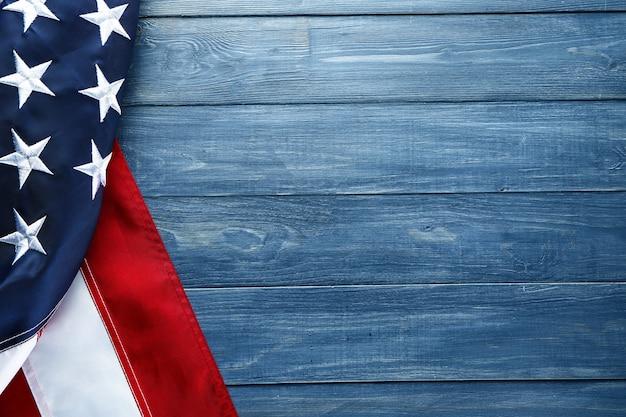 木製の背景にアメリカ合衆国の旗。独立記念日のお祝い
