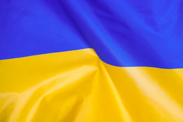 Флаг украины. флаг украины развевается на ветру.