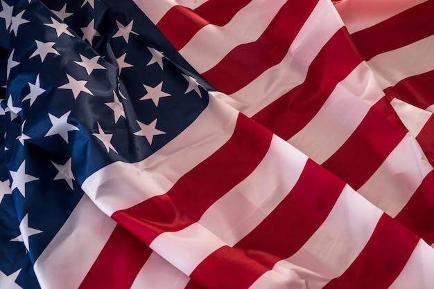 背景としてアメリカ合衆国の旗