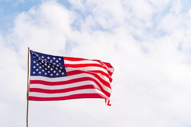 Флаг соединенных штатов америки (сша) на ветру