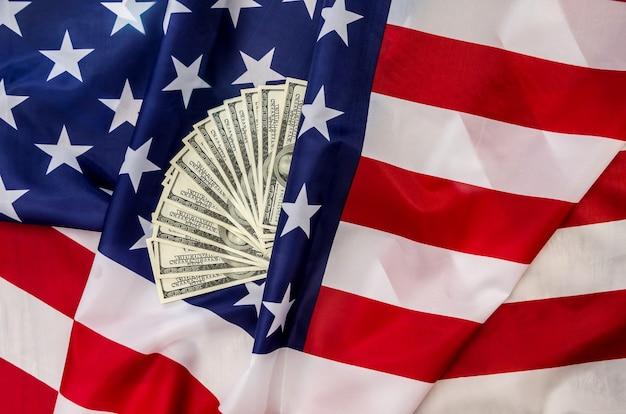 달러와 미국의 국기입니다. 확대