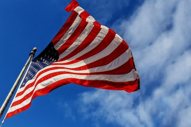 Флаг сша на фоне голубого неба