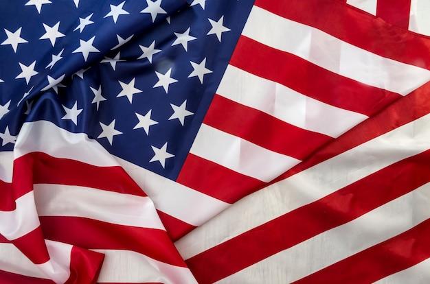 波のクローズアップで米国旗