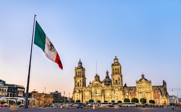 メキシコの首都、メキシコシティの旗竿と聖母マリア被昇天大聖堂