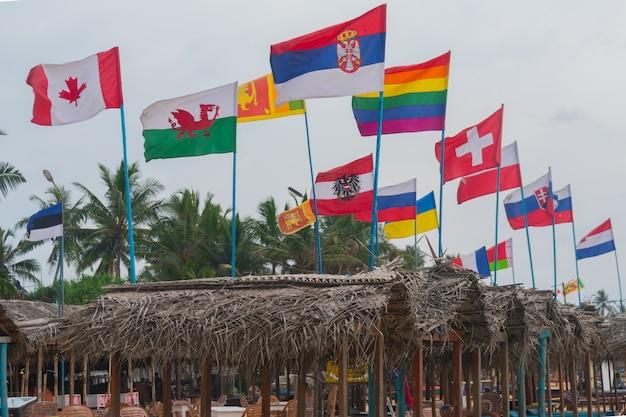 ビーチで世界のすべての国の国旗