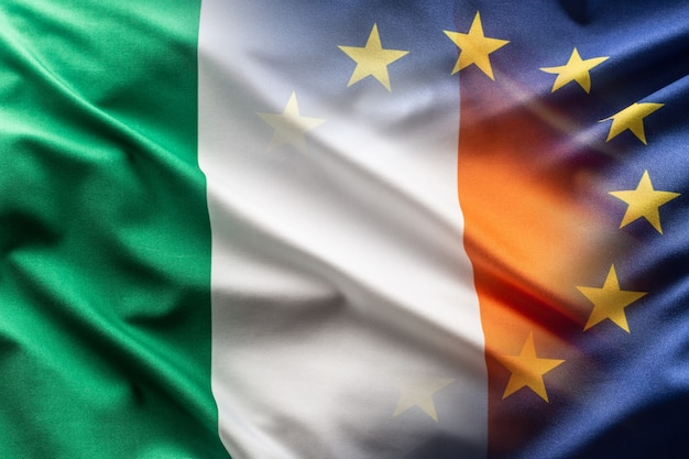Флаги ирландии и ес развеваются на ветру.