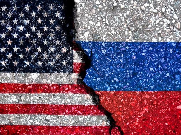 Флаги россии и америки на каменной поверхности абстрактное символическое изображение отношений между двумя странами.