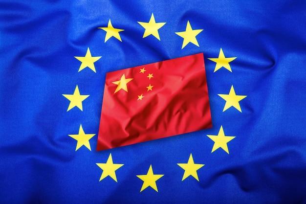 중국과 유럽 연합의 깃발입니다. 중국 국기와 eu 국기. 별 안에 플래그입니다. 세계 플래그 개념입니다.