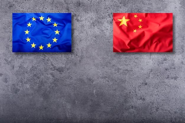 구체적인 배경에 중국과 유럽 연합의 깃발.