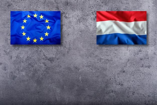 구체적인 배경에 네덜란드와 유럽 연합의 깃발.