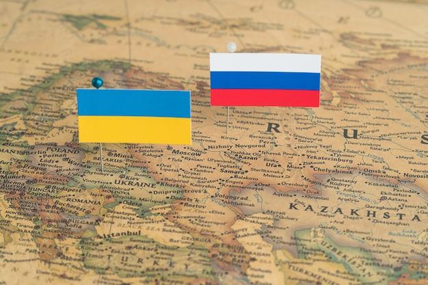 世界地図上のロシアとウクライナの旗政治と世界秩序の政治的違い