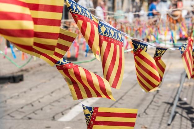 Флаги валенсийской общины рядом с масклетой, приготовленной для фальяс.