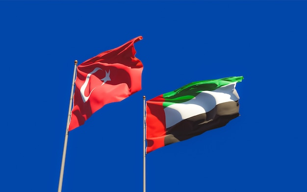 Флаги объединенных арабских эмиратов, оаэ и турции на фоне неба