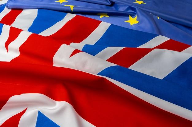 Флаги соединенного королевства и европейского союза, сложенные вместе крупным планом