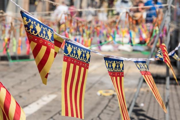 Флаги валенсии с петардами на заднем плане готовы к