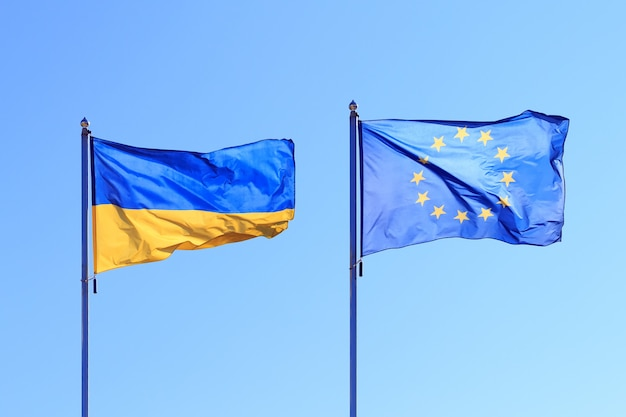Флаги развеваются на ветру, два флага на фоне неба