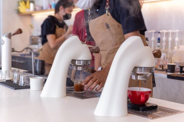 バリスタがいるコーヒー ショップのフレア エスプレッソ マシン