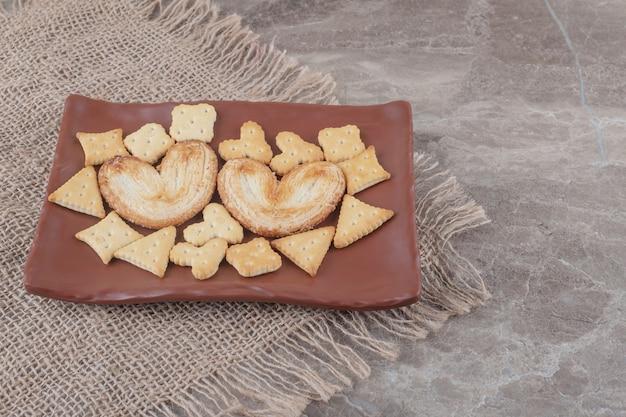대리석 플래터에 색다른 쿠키와 크래커 번들 무료 사진