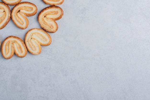大理石の表面に束ねられた薄片状のクッキー