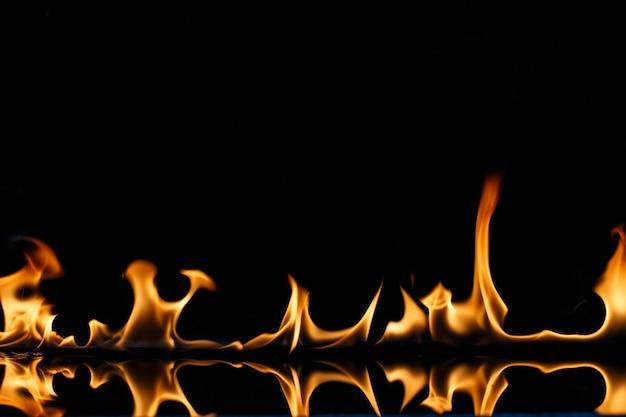 뜨겁게 타오르는 불꽃