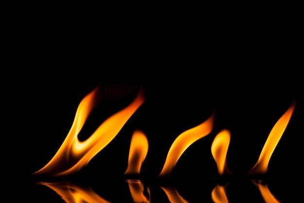 Движение огня пламени на черном фоне.