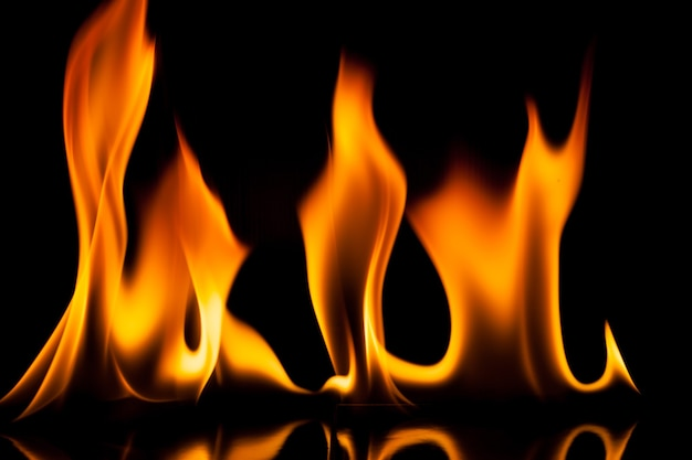 黒の背景に炎の火の動き。