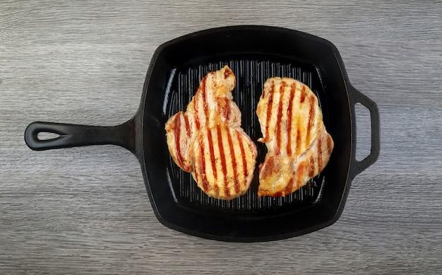 Свежий говяжий стейк t-bone на гриле на пламени, современный прибор для диеты, живой белок