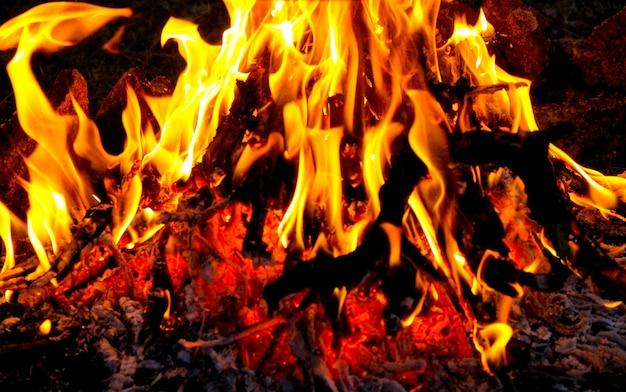 Пламя костра ночью