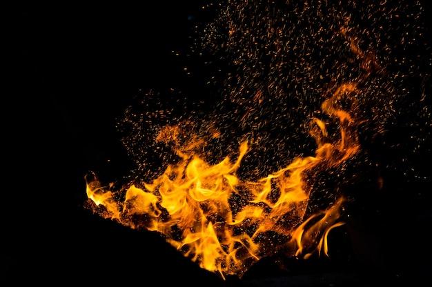 Пламя огня с искрами на черном фоне