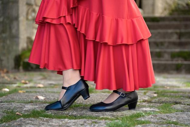 Фламенко балиарина в красном платье преподает дзапотасо типичный испанский костюм