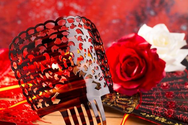 Веер гребень фламенко и типичные розы испании испания