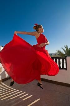 Фламенко танцор прыгает