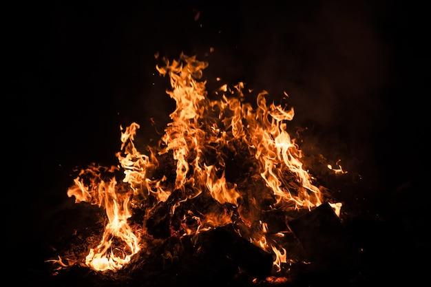 Пламя костра ночью. пламя огня на черном фоне