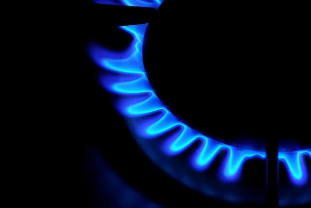Пламя газовой плиты в темноте