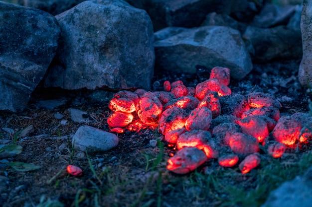 Пылающие горячие древесные угольные брикеты, фон еды или текстура