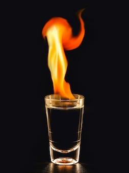 燃えるようなテキーラ、火を添えたメキシコの飲み物、白熱の飲み物