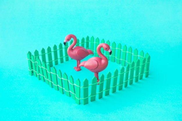 Модель птицы фламинго в цветном фоне